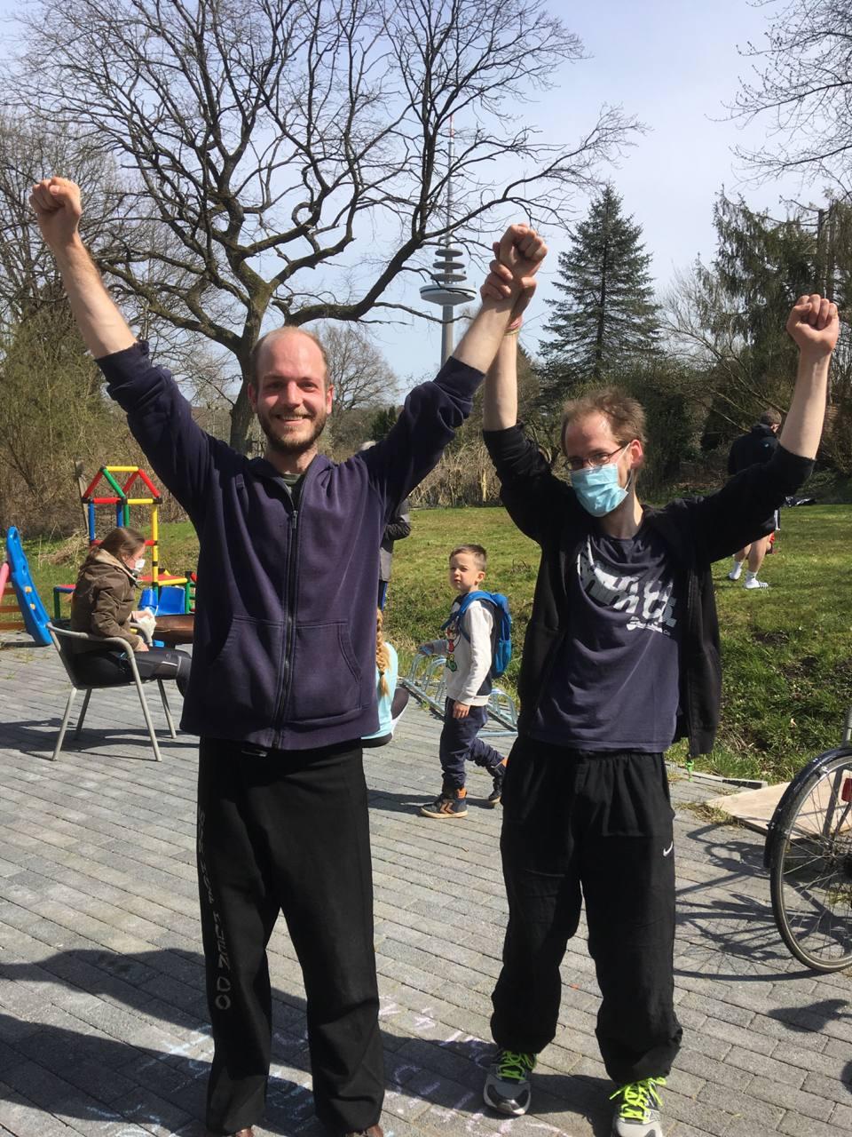 Zwei Männer freuen sich